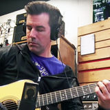 Pete Thorn using the LEWITT LCT 440 PURE to record acoustic guitar